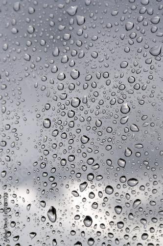 krople-deszczu-na-oknie