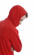 jeune garçon en pull rouge et capuche triste