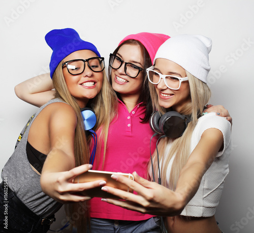 mata magnetyczna hipster girls best friends taking selfie