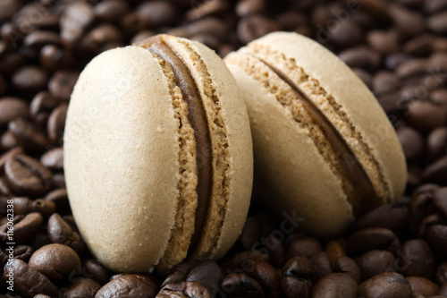 Fototapeta French coffee macaroons and coffee beans background