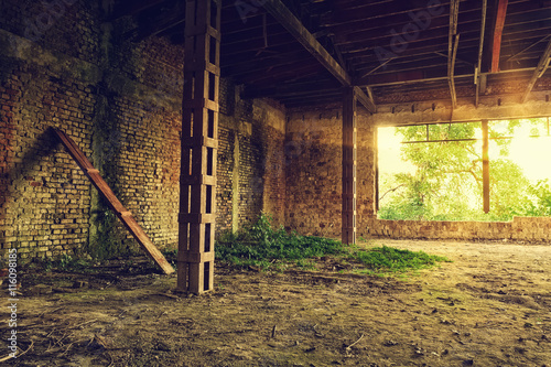 Aluminium Oude verlaten gebouwen Abandoned old industrial building interior