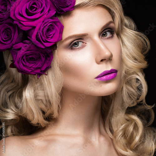 Tela Beautiful blond girl in dress and hat with roses, classic makeup, curls, red lips