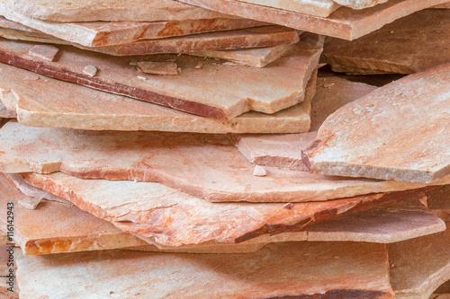 tas de pierres naturelles, dalles de quartzite rose