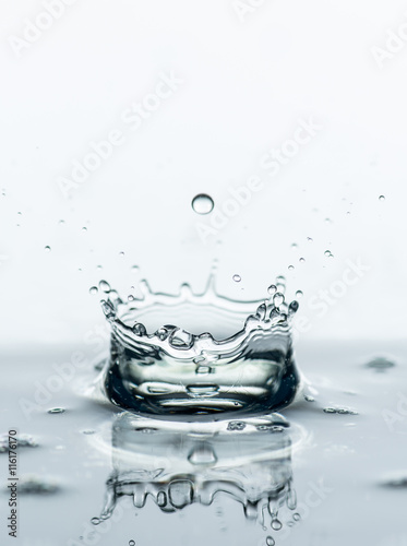 woda-rozpryskuje-tlo