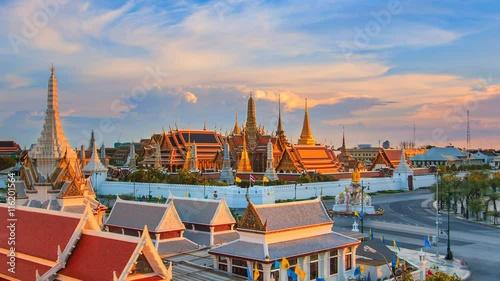 Foto op Plexiglas Japan Wat Phra Kaeo Famous Landmark Temple Of The Emerald Buddha, Bangkok City, Thailand 4K Time Lapse (high view)