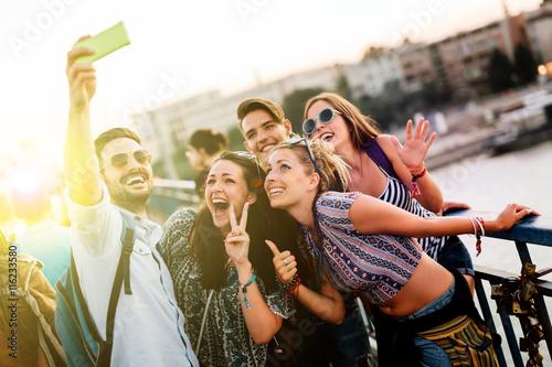 Foto Murales Happy young people taking selfies