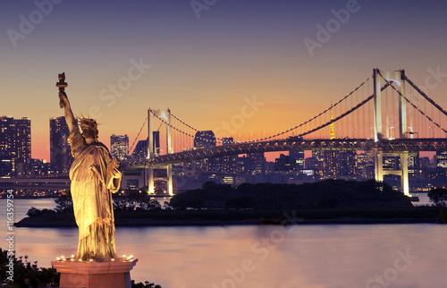 Plexiglas Brug Statue of Liberty and Rainbow bridge, at Odaiba Tokyo,