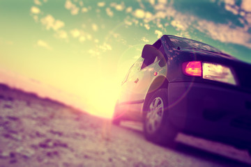 Coche y el concepto del automóvil. Fondo abstracto velocidad del automóvil. Neumático y rueda en la carretera. Conduciendo rápido