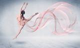 Taniec artysta baletu z abstrakcyjnym wirować