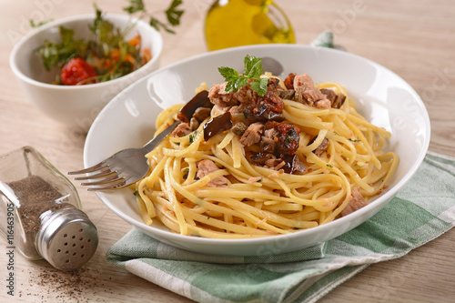 spaghetti con tonno, melanzane e capperi