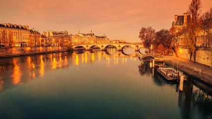 Paryż, Francja: Sekwany i Stare Miasto o wschodzie słońca