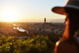 Donna guarda il tramonto a Firenze