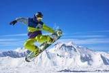 Snowboarder robi sztuczkę