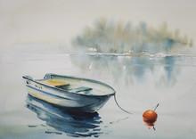 Akwarela krajobraz z drewnianej łodzi na rzece, pokryta mgłą.