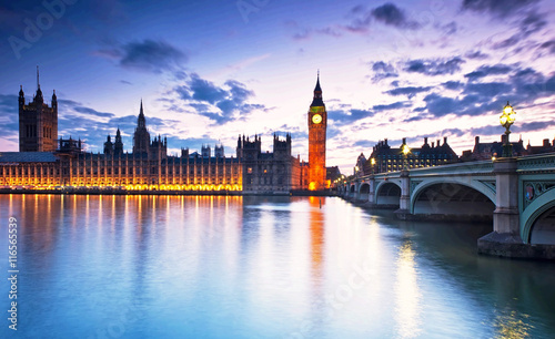 Papiers peints Londres Big Ben and the Houses of Parliament at night in London, UK