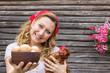Junge Bäuerin mit einer Henne