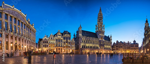 Foto op Aluminium Brussel The famous Grand Place in blue hour in Brussels, Belgium