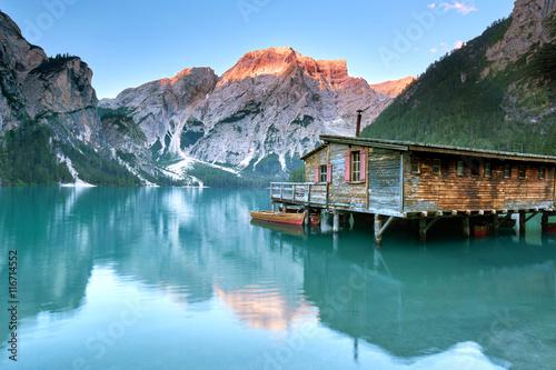 Alpenglühen in den Dolomiten, grüner Bergsee