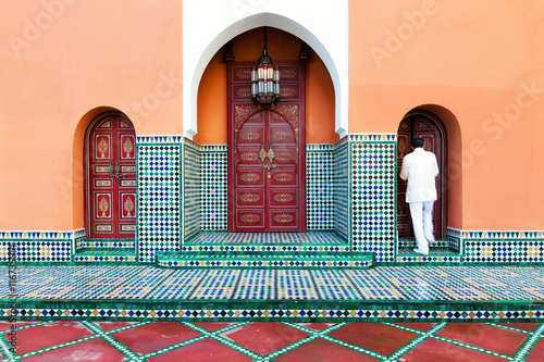 Papiers peints Maroc Moroccan building exterior with traditional tile, decorative paint and arched doors