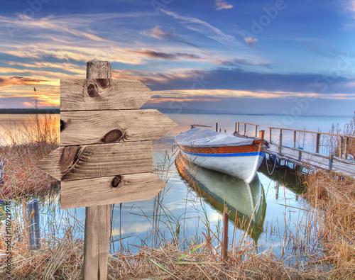 Fotobehang Een Hoekje om te Dromen paisaje de un lago al atardecer