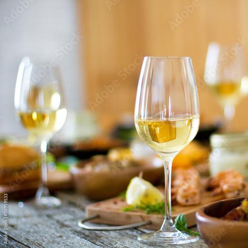 wino-winogrono-i-ser-na-drewnianym-stole