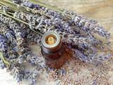 huile essentielle de lavande,sur fond bois