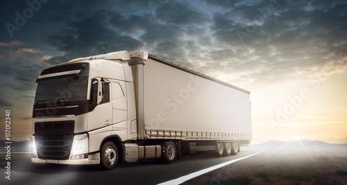 Biała ciężarówka we mgle