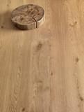 Tavola di legno con ciocco