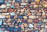 Muro de piedra con cantos y lajas