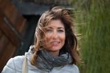 Ritratto di donna con capelli al vento