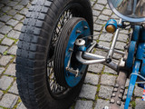 Vorderrad eines italienischen Oldtimer-Rennwagens