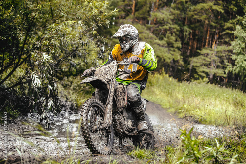 mata magnetyczna dirty racer motorcycle Enduro riding through a puddle in forest