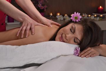 Mujer latina recibiendo masaje en entro de belleza,spa.