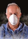 hombre con mascara para la contaminación y el smog. mascarilla contaminacion.