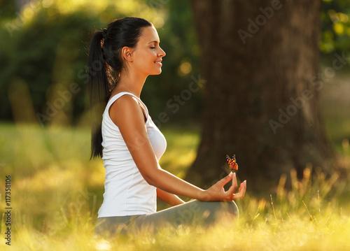 Plakat Kobieta medytacji na pięknej rano w przyrodzie.