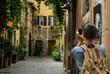 Turista che fa foto a Trastevere, Roma