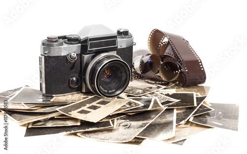 alter antiker fotoapparat mit fotografien © goldpix