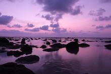 coucher de soleil à couper le souffle sur la plage de Kamala