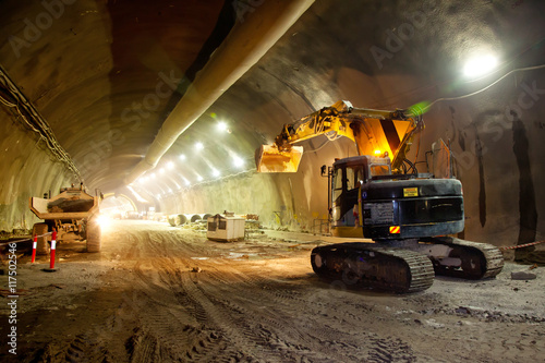Konkretny tunel drogowy Budowa koparki