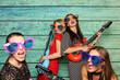 Mädchengruppe mit Plastikgitarren vor Fotobox - Party mit Photobooth