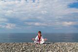 Обучение мальчик на пляже: тхэквондо, спорт