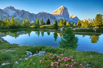Lago di Limides, Bergsee in den Dolomiten am Sommerabend
