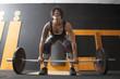 donna con muscoli tesi solleva pesi