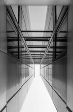 Géométrie urbaine, levant les yeux vers le bâtiment en verre. L'architecture moderne, le verre et l'acier. Abstract design architectural. Inspiré, image artistique. Design industriel. .Bâtiment moderne. Noir et blanc.