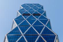Géométrie urbaine, regardant à la construction. noir de l'architecture moderne et blanc, le béton et le verre. Abstract design architectural. Inspiré. l'image artistique et point de vue.