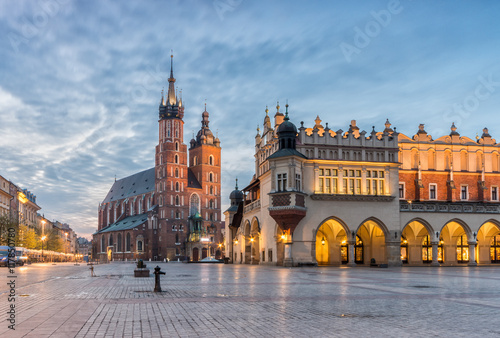 In de dag Krakau St Mary's church and Cloth Hall on Main Market Square in Krakow, illuminated in the night