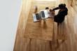 junge Frau sitzt am Schreibtisch von oben