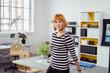 kreative junge geschäftsfrau in ihren geschäftsräumen