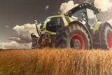 Traktor bei der Arbeit auf dem Getreidefeld