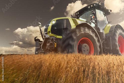Poster Traktor bei der Arbeit auf dem Getreidefeld
